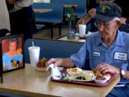 Liigutav lugu tõelisest armastusest: 93-aastane mees võtab restorani minnes lahkunud abikaasa foto kaasa + VIDEO!