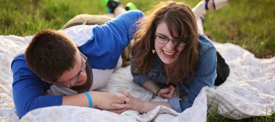 Paarid, kes oskavad üksteise kulul nalja teha, on palju õnnelikumad